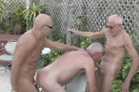 three daddy man en la piscina