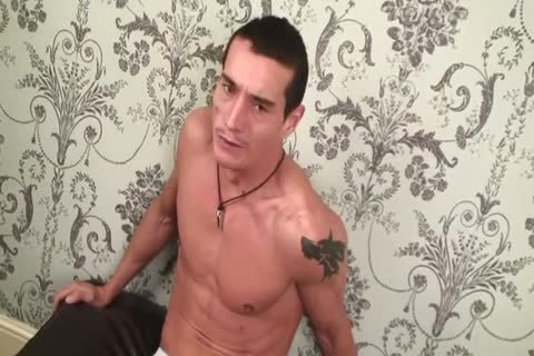 Sexy tattooed guy gets throat fucked from muscle