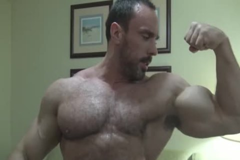 Bodybuilder takes it like a prostitute unprotected