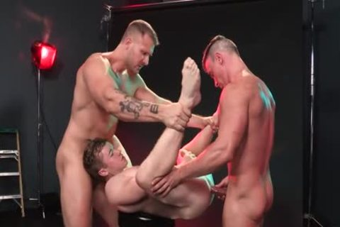 Red yummy Muscle Threeway pound!